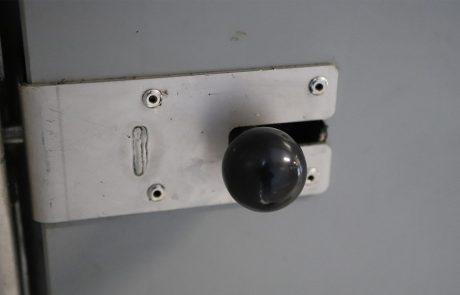 Knop-sluiting kunststof deuren