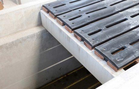 Onderbalken lateien roostervloer kalveren opfok ten behoeve van een schone en droge vloer